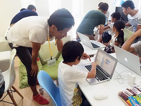熱心にパソコンに向かう子どもたち