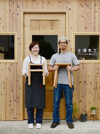 家具職人の土澤修次郎さん(右)と、妻の潮さん(左)
