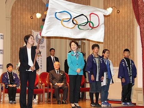 オリンピックフラッグを振るアンバサダーの池田さん