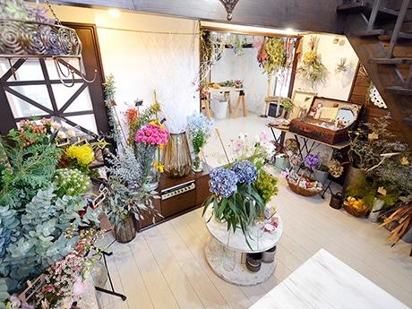 季節の花々や雑貨などが並ぶ「Momo」の店内