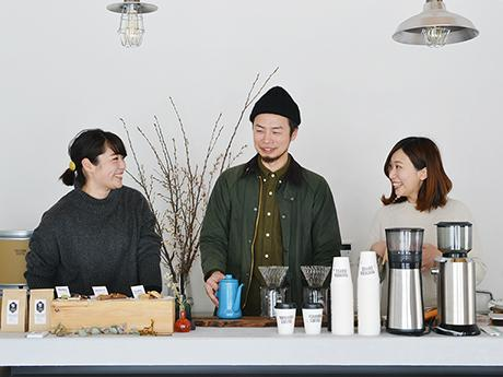 店主の斉藤真二さん(中央)、妻の翔子さん(左)、スタッフの今田さん(右)