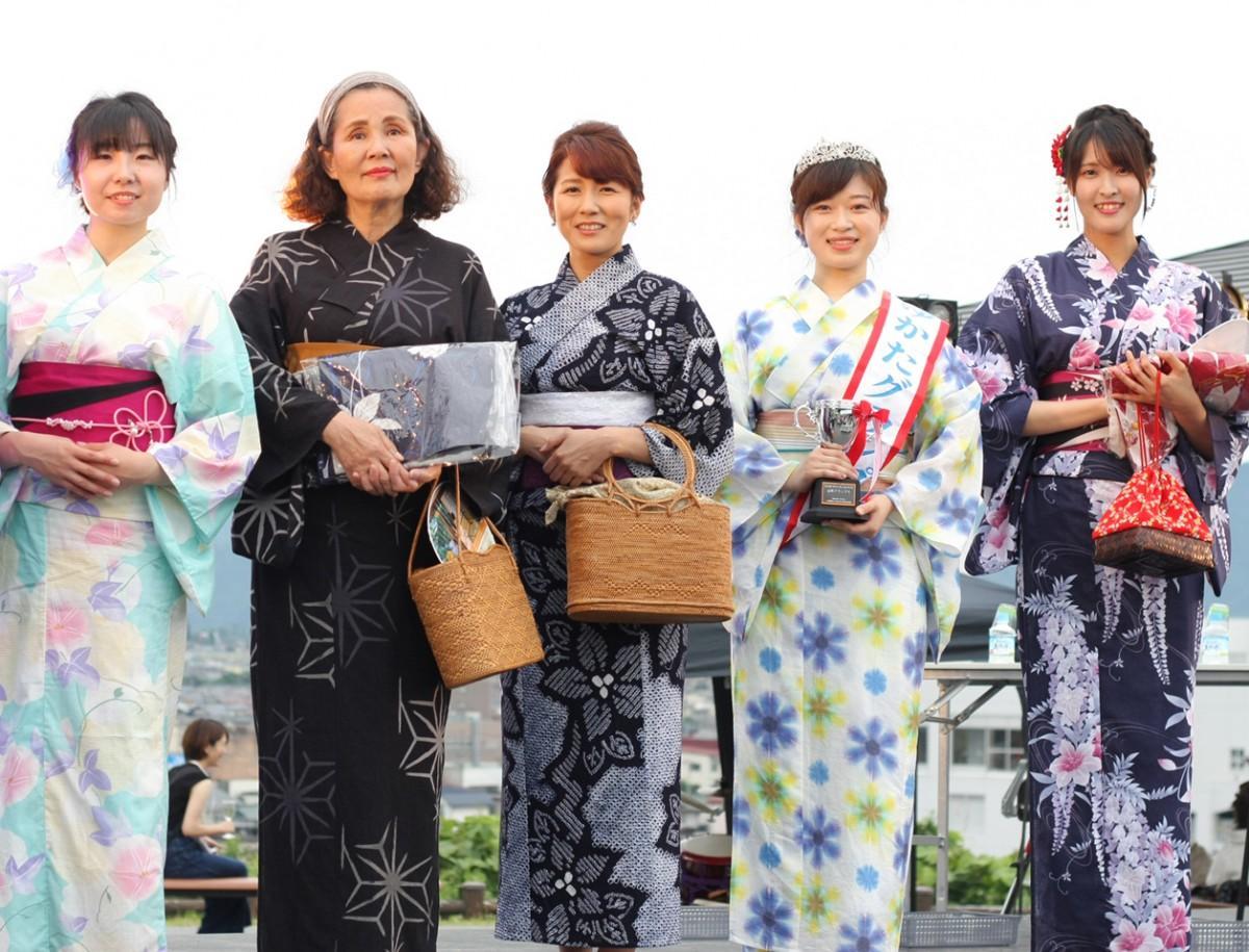 「ゆかたキレイコンテスト」グランプリの吾妻さん(右2)