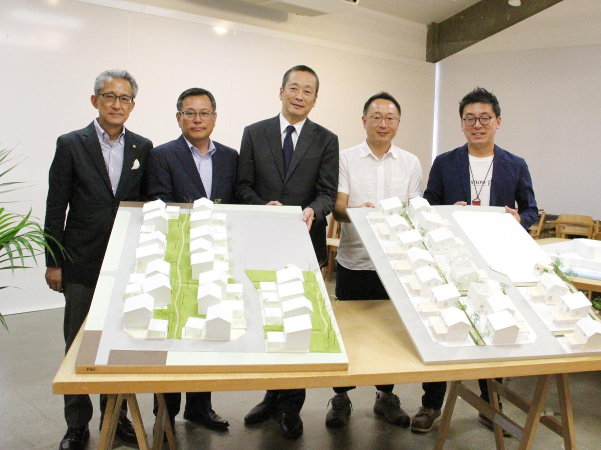 会見に出席した東北芸術工科大学 渡部桂准教授(右2)ら