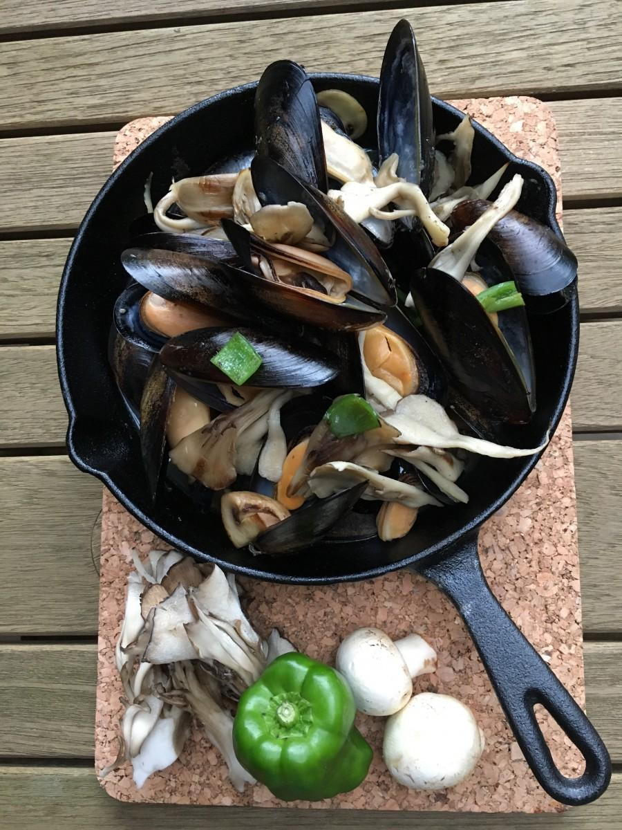 ミシュラン2つ星を3年連続受賞した「四川飯店」のシェフ菅谷勇喜さんが考案した「ムール貝とキノコの唐辛子炒め」