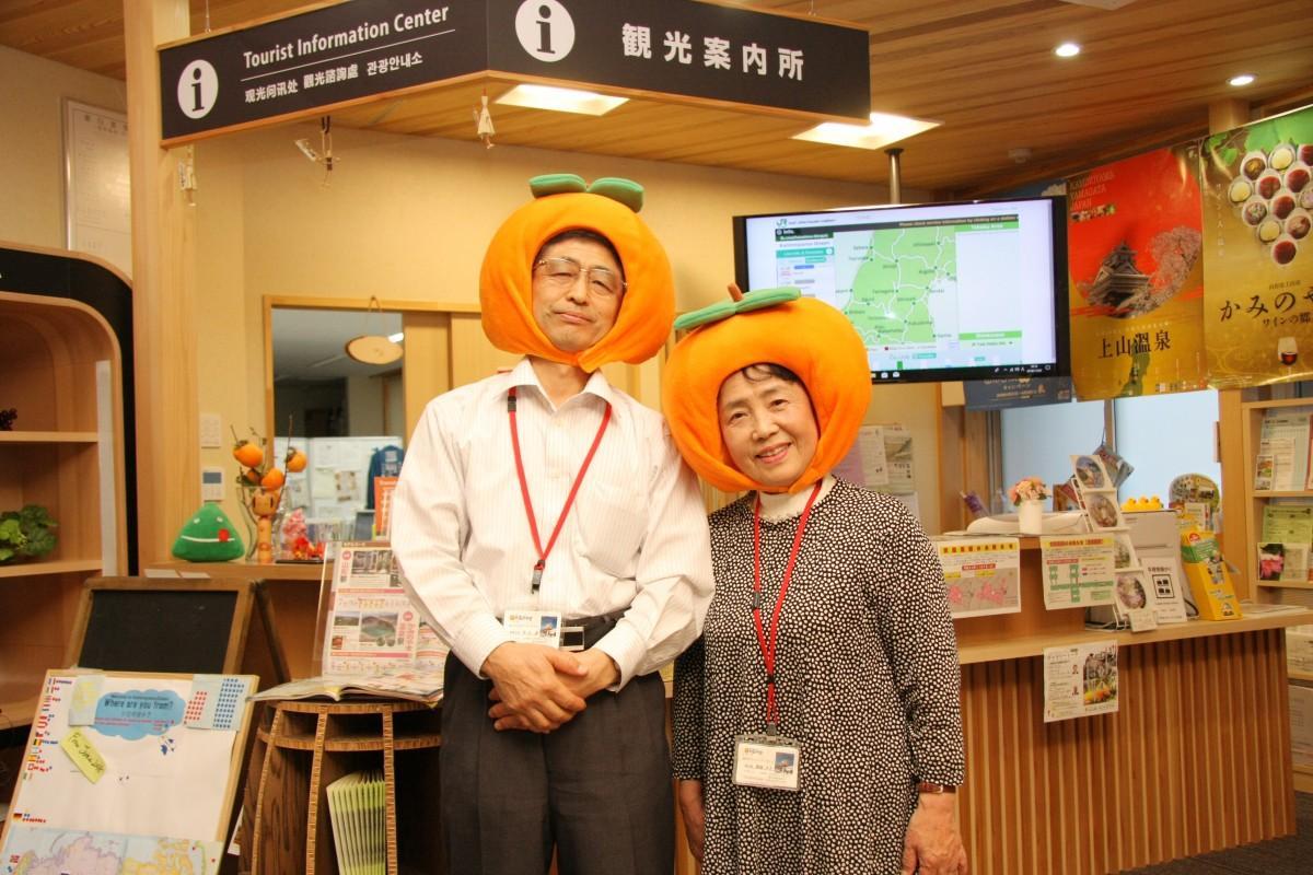 上山市観光ボランティアガイドの原田誠さんと齋藤洋子さん
