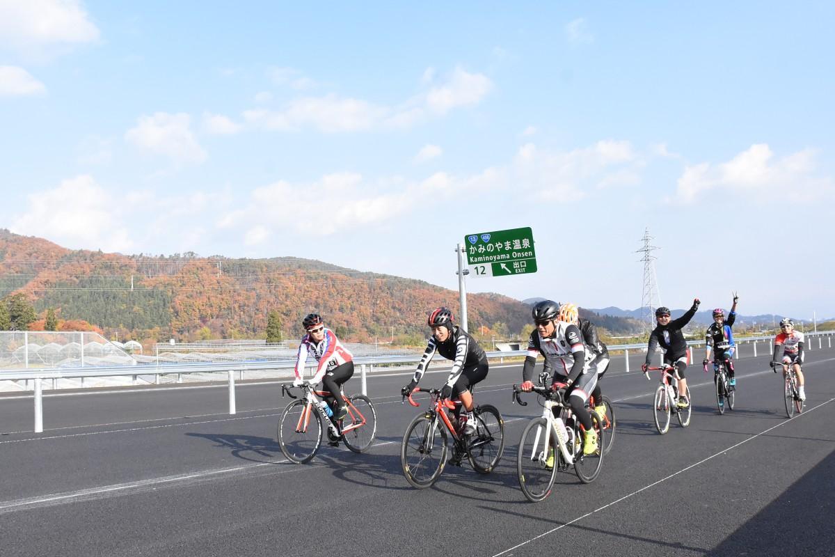 開通前の高速道路を走る参加者