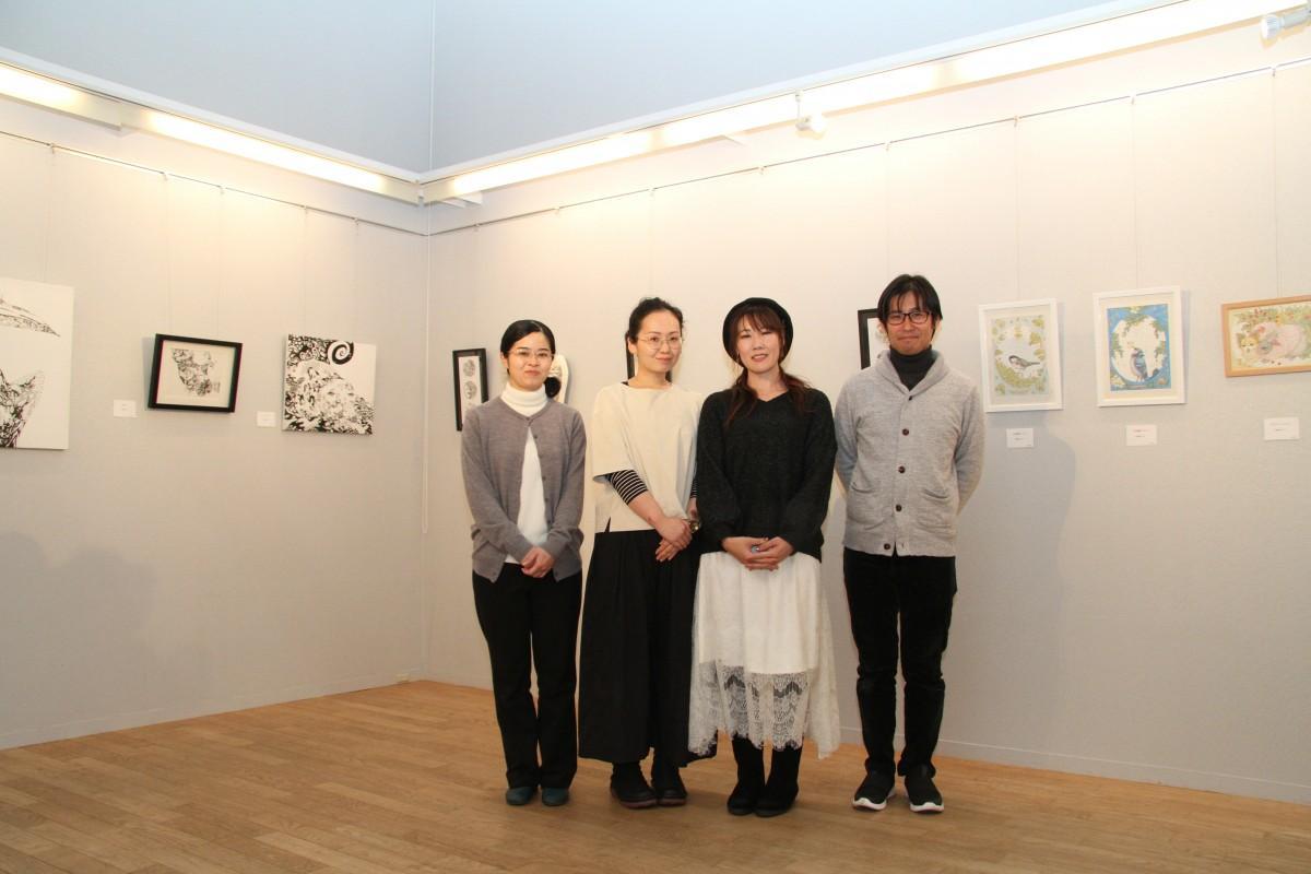 「線の集積展 第2章」に出展した3人の作家とゲストの原田さん