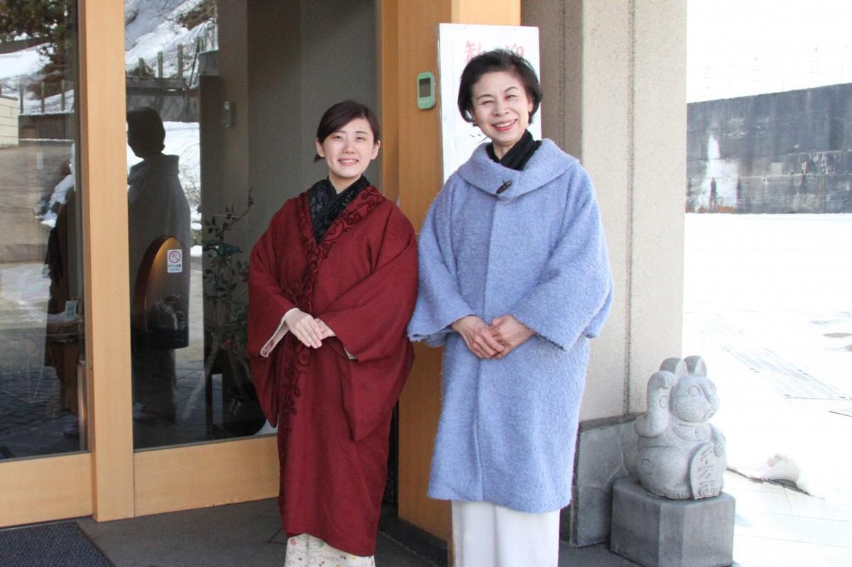 参加した堤あいかさんと女将の小関由紀子さん