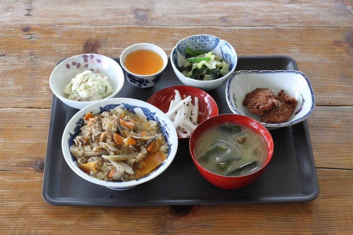食堂もちやかたの「鶏五目おこわ定食」(860円)