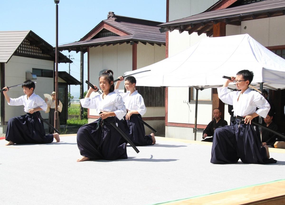 楯岡小学校の居合クラブのメンバー