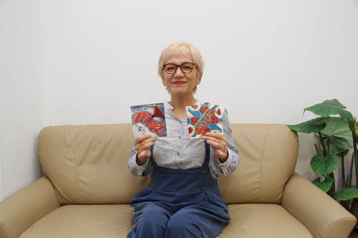 2枚のCDをアピールする白崎映美さん