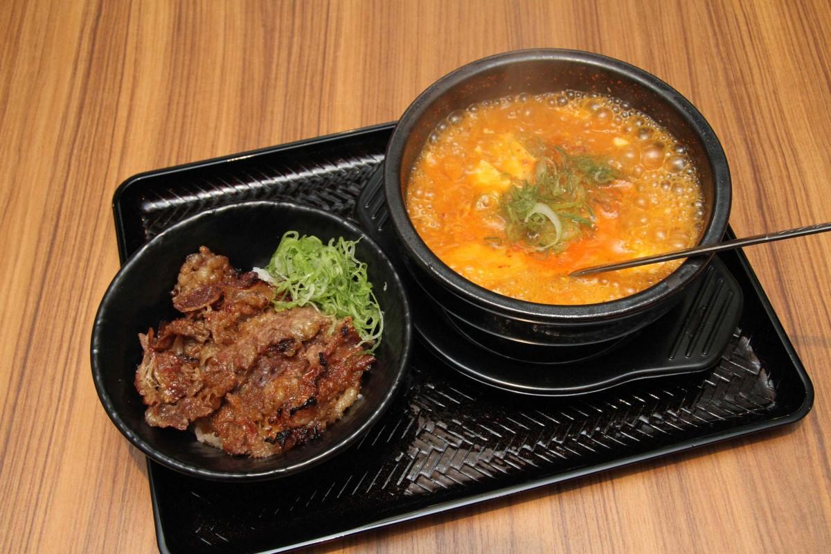 「韓丼」の「カルビ丼ミニとスン豆腐セット」(990円)