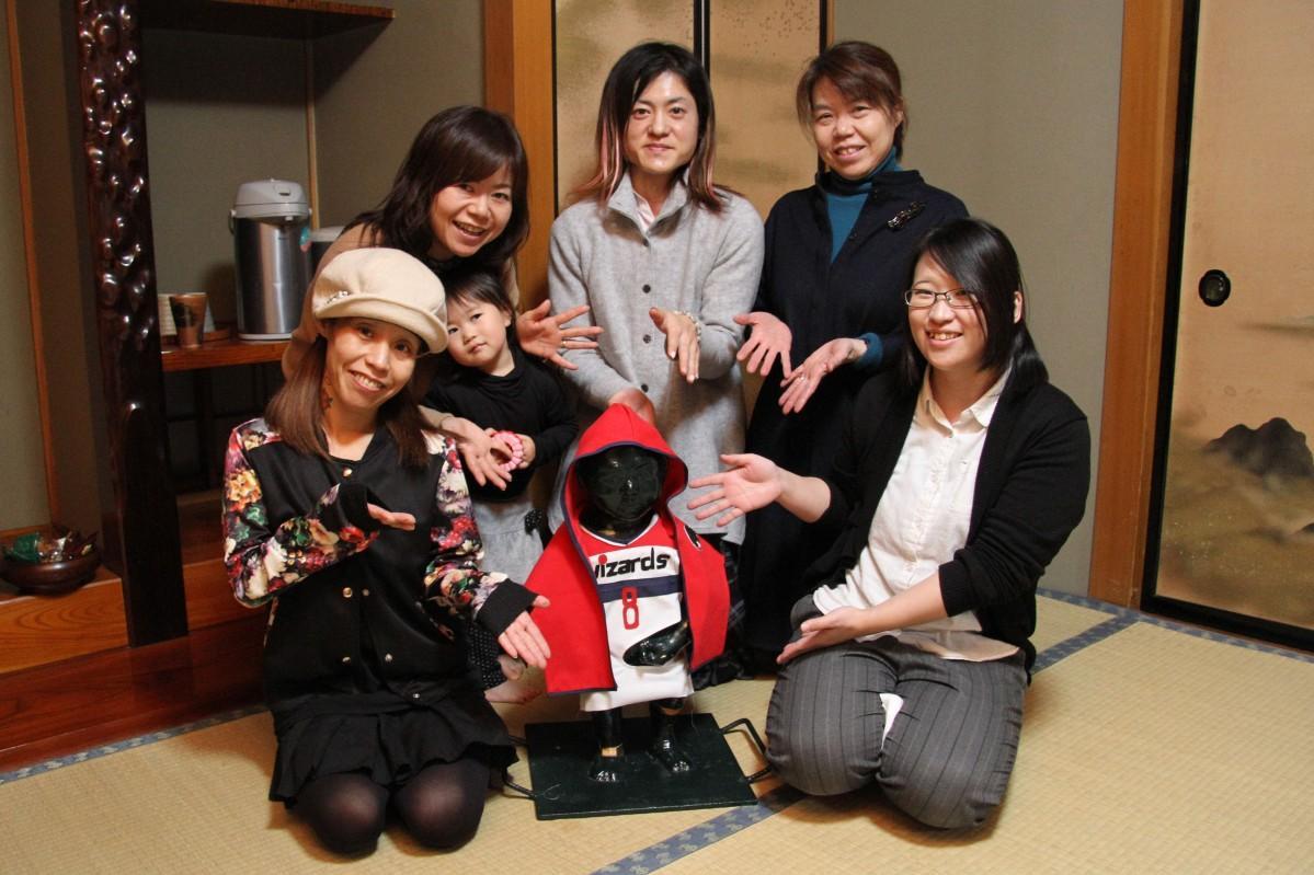 小便小僧の衣装製作を行うフリースペース「ぷらいず」のメンバー