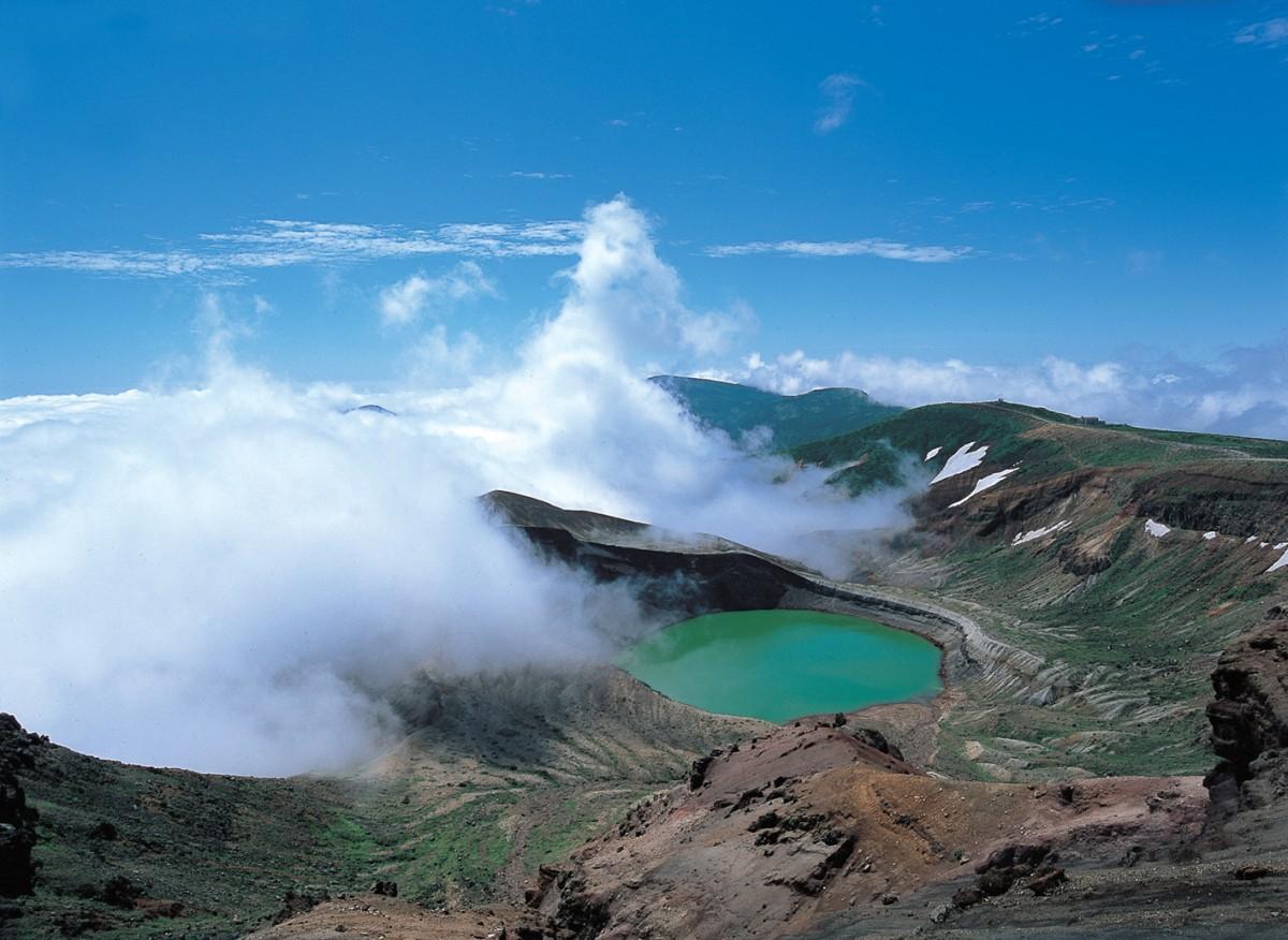 夏の蔵王火口湖「御釜」の風景