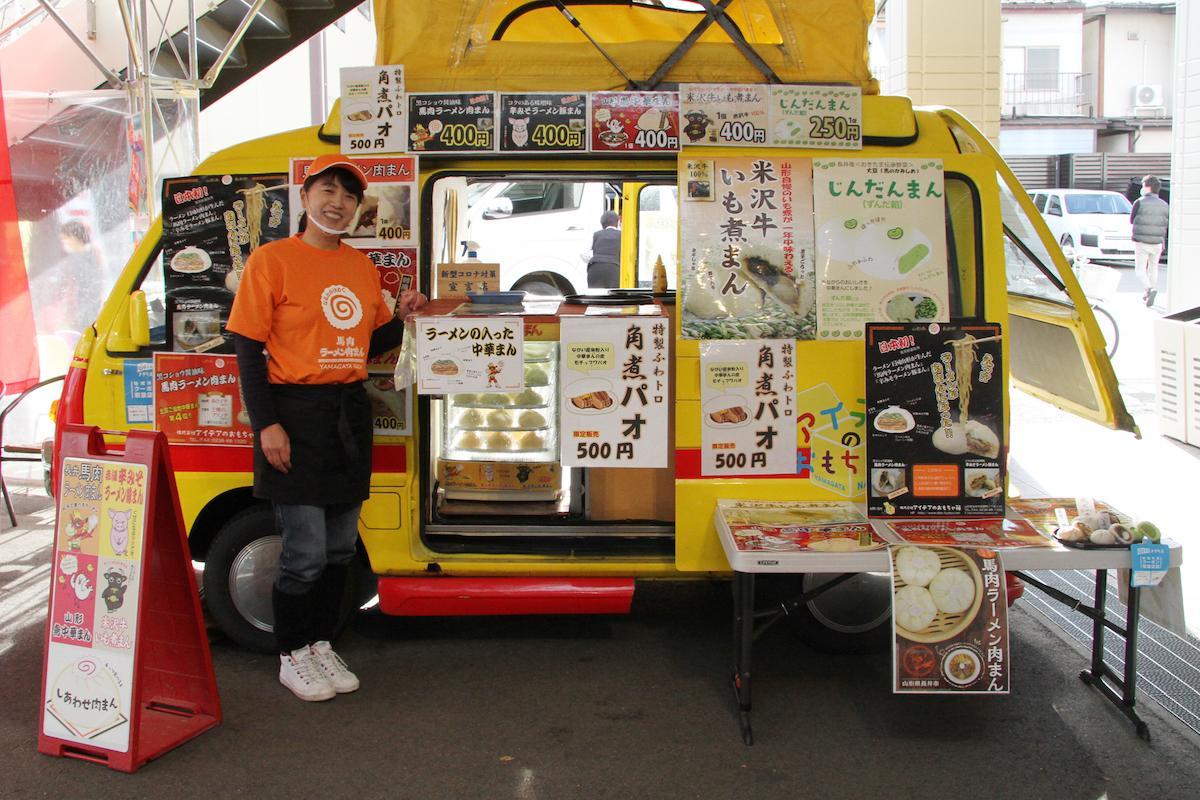 「アイデアのおもちゃ箱」の樋口菜穂子さんと店舗となる移動販売車