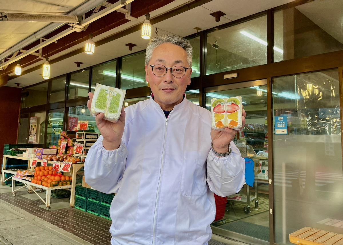 「ずんだ白玉サンド」などを手にアピールするクラッカーの店主・佐藤茂実さん