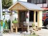 山形のバス停に「バス」 シニア起業家が自社PR兼ね休憩所開設
