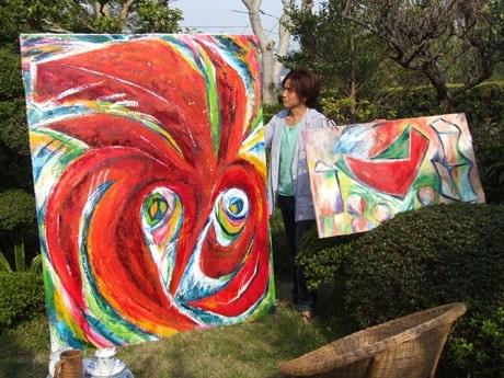 「今井康太のエネルギー」に出展する作品(写真=今井さんのアトリエ兼自宅の庭で撮影)