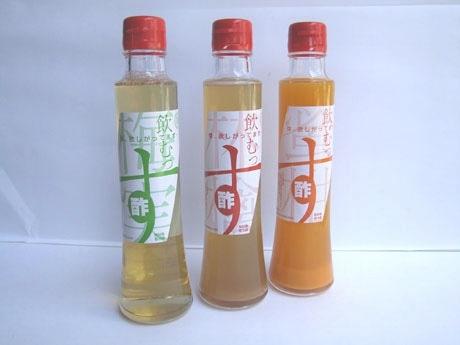味噌と醤油の製造工場が発売した「飲むっす」(左から、うめ味、りんご味、みかん味)