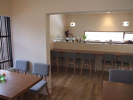 内装はやさしい雰囲気のカフェ「デコ」。窓から一の坂川の木々が見える