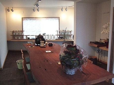 ジャパニーズスタイルカフェ「風香」店内の中心には大きな木のテーブルが置かれている
