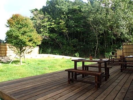 「ベルルージュの森」のガーデンテラス席の前には緑の芝生が広がる