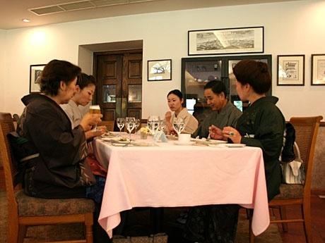 大島紬を着てイタリアンレストランで食事をする参加者