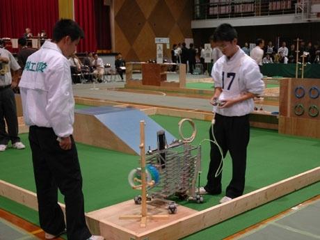 高校生の作った自作ロボットによる「高等学校ロボット競技大会」(写真=昨年の様子)