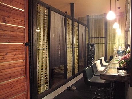 竹林にいるような空間をイメージしたという「鉄板酒座 竹林の七賢」の店内