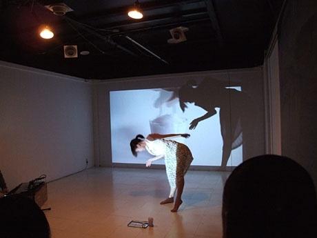 約40平方メートルのスタジオ空間を自由に使って作品を披露する