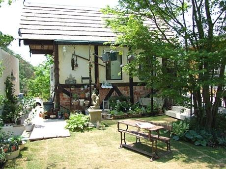 「BLAUE WIESE(ブラウエ・ヴィーゼ)」の建物横には庭が広がる
