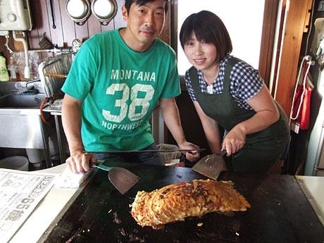 山田真子店長(写真右)と裏メニュー「超特大」お好み焼き