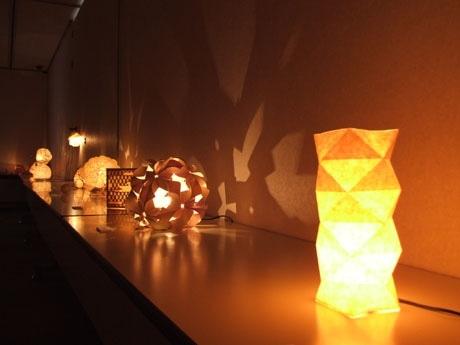 学生がデザインしたさまざまな明かりが並ぶ