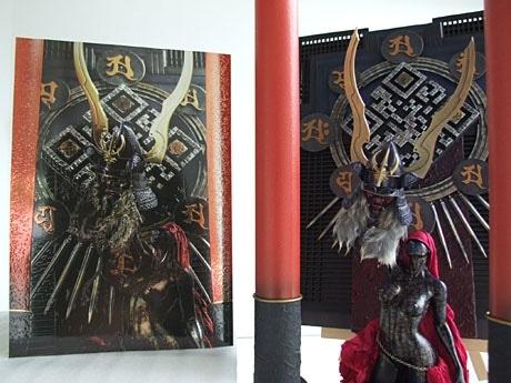 毒島さんが作った造形物(写真右)とカバーをはずした状態の立体アート表紙(写真左)