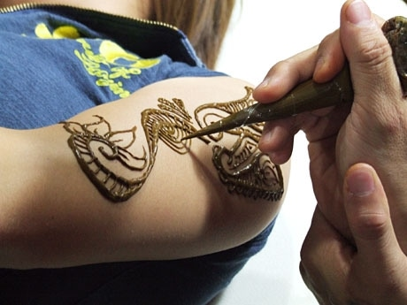 ハーブの一種であるヘナを使って模様を描くタトゥーアート