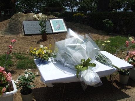 動物愛護碑前に設置された献花台