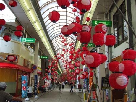 紅ちょうちんが飾られた山口市中心商店街