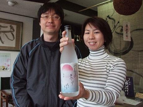 杜氏も務める新谷義直社長(写真左)と、酒造りをサポートする女将・新谷文子さん(写真右)