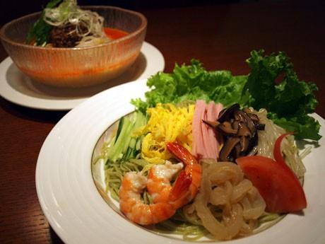 緑色の麺が特徴の冷麺「特製ヒスイ麺」(写真手前)と「冷たい担々麺」(写真奥)