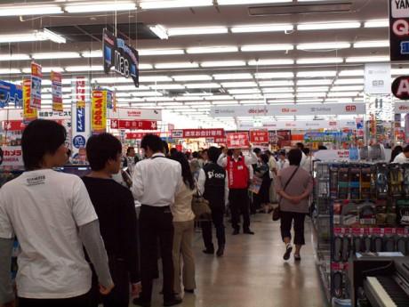 混雑する店内。レジに多くの人が並び、8台のレジはフル稼働した