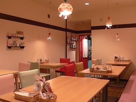 新天町に移転オープンしたカフェ「シェリエ」の店内