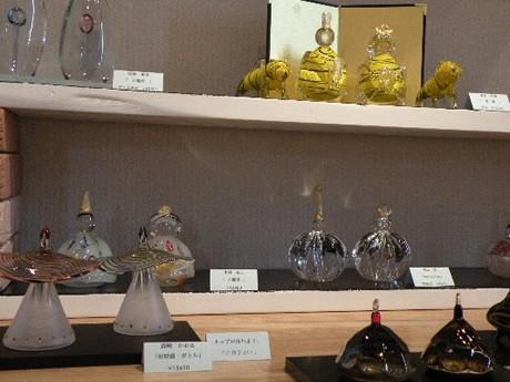 ガラス工芸作家13人が出展した「ガラスのお雛様展 2010」
