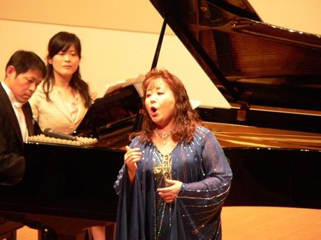 合唱団を指導する声楽家のモチェオ久美さん