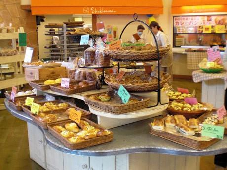 常時約70種類のパンが並ぶ「シュクルヴァン」の店内の様子