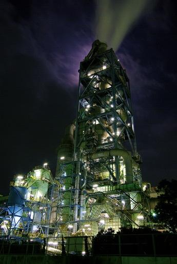 1位に輝いた夜の宇部興産を撮影したuranさんの作品「要塞(ようさい)」