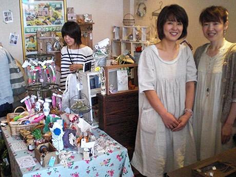 イベントを企画した女性作家グループ「Arietta」の平野さん(左)と参加した「classy」の山形さん