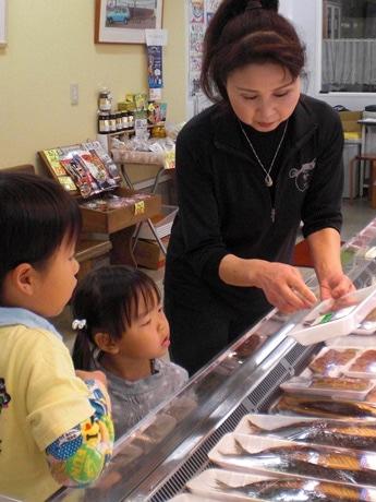 繁光鮮魚店で買い物をする子どもたち