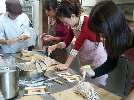 クリスマスケーキ作りを体験する参加者