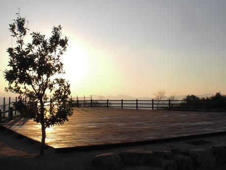 新設したウッドデッキからは夕焼けを眺めることができる