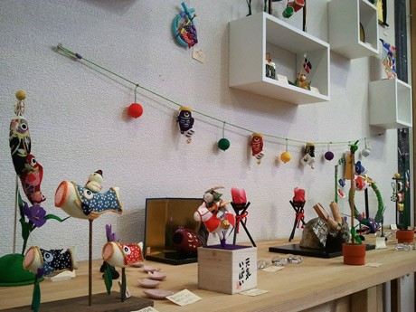 色鮮やかなこいのぼりやかぶとの飾り物が並ぶ